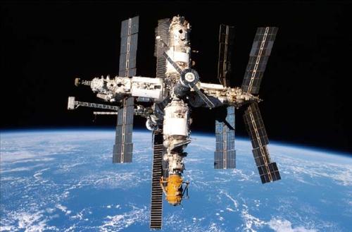 Trạm vũ trụ Mirhoạt động ngoài không gian. Ảnh: Space.
