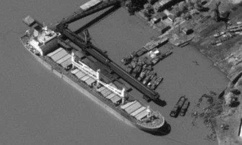 Tàu hàng Trung Quốc nhận than đá tại cảng biển Triều Tiên. Ảnh: WSJ.