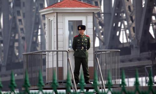 Một binh sĩ Trung Quốc tại trạm gác sông Áp Lục. Ảnh: AFP.