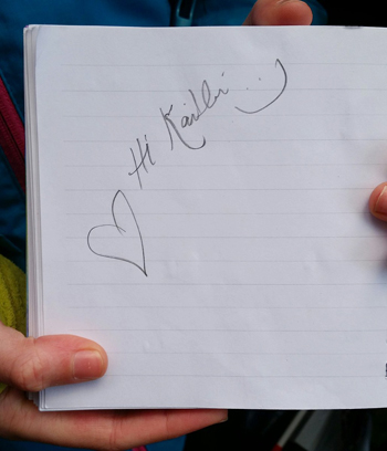 Dòng chữ ký tặng người hâm mộ của cô Meghan Markle. Ảnh: Twitter.