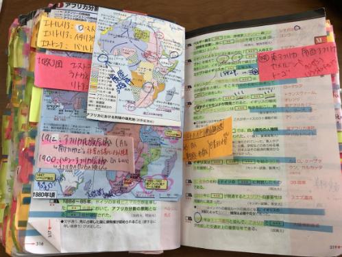 Học sinh của Yusuke Suzuki tận dụng mọi khoảng trống trong cuốn sách để chú thích.