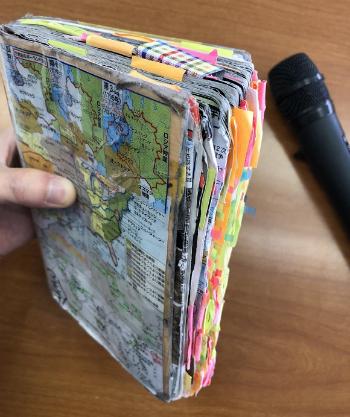 Cuốn sách trở nên dày hơn bình thường.