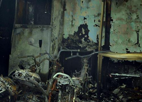 Bốn xe máy trong nhà bị cháy rụi. Ảnh: Sơn Hòa.