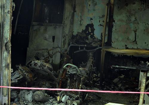 Cảnh sát cứu hai người trong căn nhà cháy ở Sài Gòn