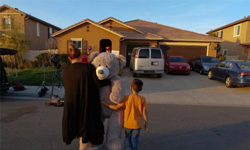 Hàng xóm mang hoa và đồ chơi đặt trước cửa nhà Turpin tại thành phố Perris, bang California, Mỹ. Ảnh: Brisbane Times.