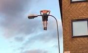 Lính cứu hỏa Thụy Điển cởi trần leo lên ngọn đèn đường
