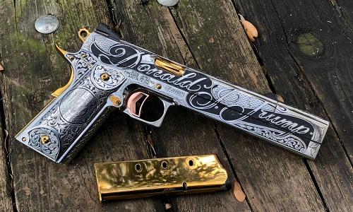 Một mặt của súng có dòng chữ Donald Trump và huy hiệu Tổng thống Mỹ. Ảnh: Maxim.