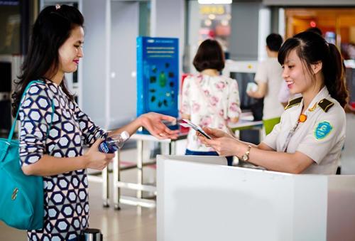 Hành khách được sử dụng nhiều loại giấy tờ để làm thủ tục hàng không. Ảnh minh họa: Đ.Loan