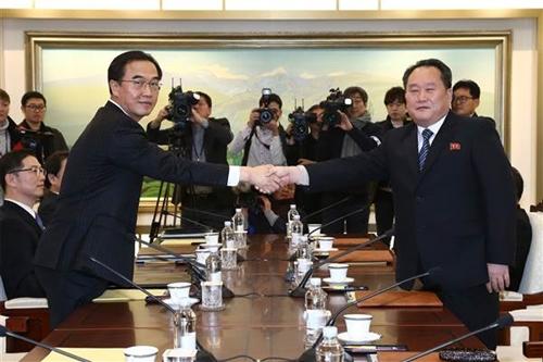 Bộ trưởng Thống nhất Hàn Quốc Cho Myoung-Gyon bắt tay với trưởng phái đoàn Triều TiênRi Son-Gwon. Ảnh:AFP.
