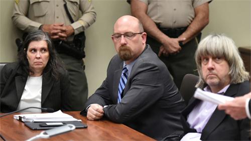 Vợ chồng Turpin (ngồi bên trái và bên phải) trong buổi thẩm vấn tại tòa ở Californiangày 18/1. Ảnh: AFP