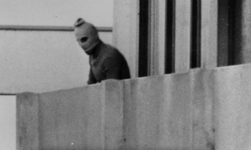Một kẻ khủng bố cố thủ trong căn nhà ở làng Olympic tại Munich năm ngày 5/9/1972. Ảnh:Sydney Morning News.