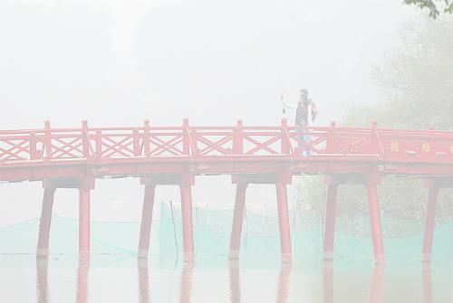 Sương mù xuất hiện liên tục vào sáng sớm trong nhiều ngày qua ở Hà Nội. Ảnh: Ngọc Thành