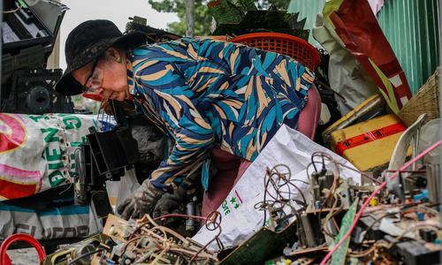 Người già Việt cặm cụi làm việc, bỏ qua tuổi nghỉ hưu