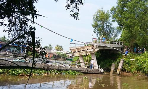Cầu bêtông ở miền Tây bị sà lan chở 100 tấn cát đâm sập