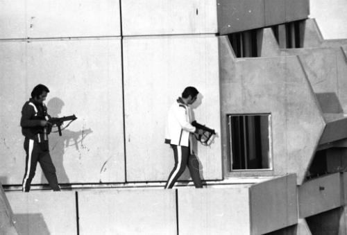 Hai cảnh sát Đức trên mái nhà những kẻ khủng bố cố thủ ngày 5/9/1972. Ảnh: AP.