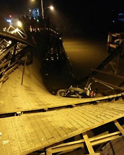 Nhịp cầu Long Kiển bị sập xuống sông. Ảnh: Việt Anh