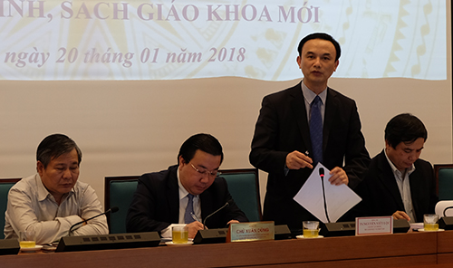 Chánh văn phòng Bộ Giáo dục và Đào tạo Nguyễn Viết Lộc chia sẻ một số công việc cần làm để chuẩn bị cho chương trình mới, tại hội nghị ngày 20/1 của Sở Giáo dục Hà Nội. Ảnh: Quỳnh Trang.