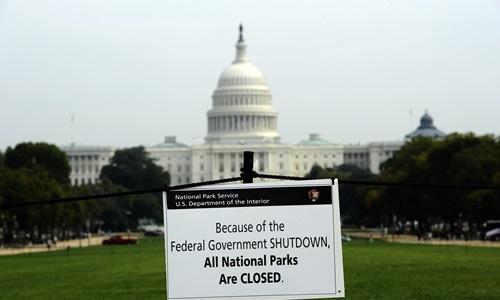Tấm biển thông báo tất cả các công viên quốc gia đều ngừng hoạt động trong thời gian chính phủ Mỹ đóng cửa hồi năm 2013. Ảnh: AFP.
