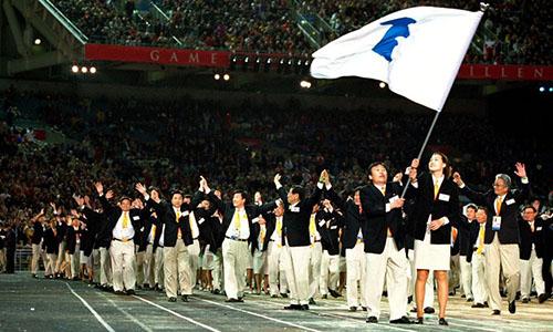 Các vận động viên Triều Tiên và Hàn Quốc diễu hành chung trong Thế vận hội ở Sydney, Australia hồi năm 2000. Ành: RTE.