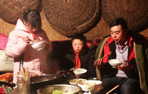 Một bữa cơm nhà của ba bố con Phú Mãn. Ảnh: AFP.