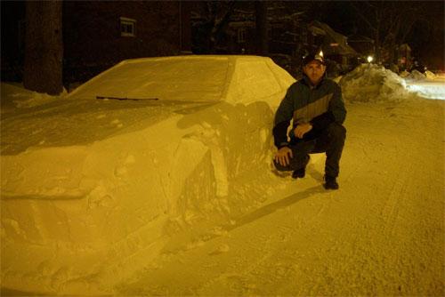 Simon Laprise bên cạnh tác phẩm điêu khắc vốn để đánh lừa đội dọn tuyết. Ảnh: Facebook.