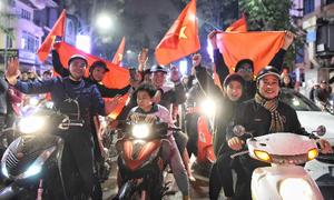 Xuống đường xuyên đêm mừng đội tuyển Việt Nam