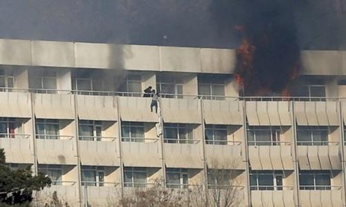 Các vị khách tìm cách thoát thân khỏi tòa nhà. Ảnh: Reuters.