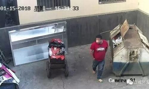Hình ảnh được camera an ninh ghi lại cho thấy người cha đúc tay vào túi quần rồi vội vã rời đi sau khi bỏ con vào thùng rác. Ảnh: Yuman Daily.