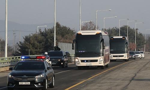 Xe chở đoàn đại biểu Triều Tiên đến Seoul. Ảnh: Yonhap.