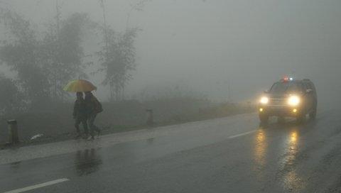 Các tỉnh miền núi sáng sớm sương mù dày đặc, tầm nhìn hạn chế, tài xế phải bật đèn vàng. Ảnh minh họa.