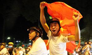 Người dân Đồng Nai cầm cup ra đường mừng đội tuyển U23