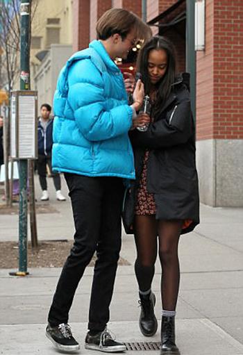 Malia và Rory thân mật trên phố. Ảnh: GC Images