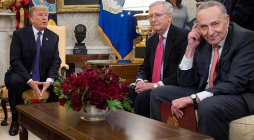 Trump (trái) gặp lãnh đạo đảng Dân chủ tại Thượng viện Schumer (phải) tại Nhà Trắng. Ảnh: CNN.
