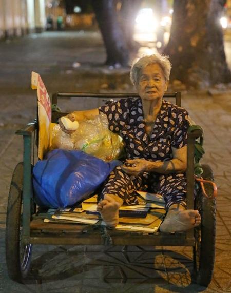 Cụ Huỳnh Thị Phát rong ruổi trên mọi con phố để nhặt ve chai sống qua ngày.