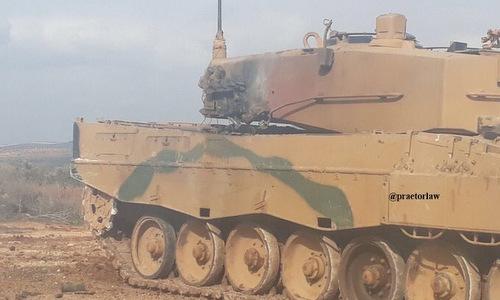 Chiếc Leopard 2 của Thổ Nhĩ Kỳ bị trúng đạn. Ảnh: Twitter.