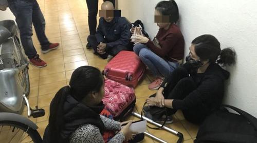 Nhóm du khách Việt Nam bị tình nghi ăn trộm tại các cửa hàng ở Đài Loan. Ảnh: Taiwan News.