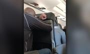 Khoảnh khắc hành khách trên máy bay Mỹ chuẩn bị hạ cánh khẩn