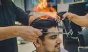 Cửa hàng cắt tóc Ấn Độ bung lửa trên đầu khách