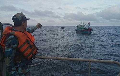 Hai tàu cá đang được kéo về âu tàu Sinh Tồn, thuộc quần đảo Trường Sa.