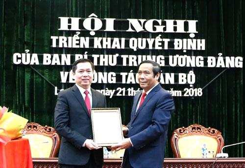 Phó trưởng ban Thưởng trực Ban tổ chức trung ương Nguyễn Thanh Bình (phải) trao quyết định cho ông Nguyễn Long Hải. Ảnh: Chinhphu.vn.