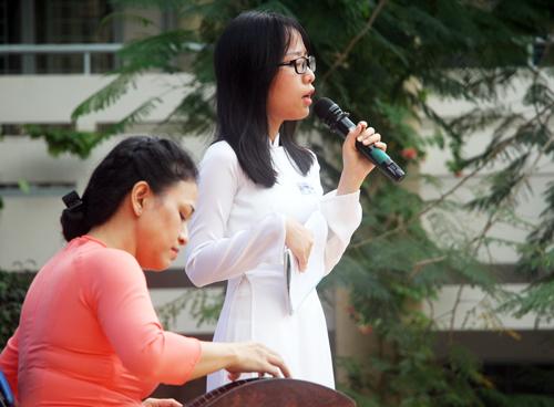 Nguyễn Mai Anhngâm bài thơ Tiếng Việt của Lưu Quang Vũ trong buổi báo cáo dự án tại trường. Ảnh: Mạnh Tùng.
