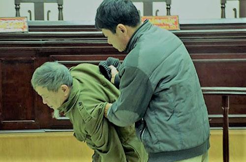 Bị cáo Vĩnh (trái) được người thân dìu đi sau phiên phúc thẩm.