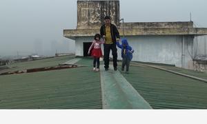 Đi trên mái nhà vì thang máy chung cư ở Hà Nội hỏng