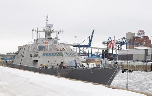 Tàu chiến USS Little Rock neo đậu tại Montreal. Ảnh: CanadianPress.