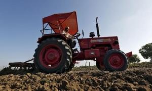 Nông dân Ấn Độ bị nhân viên đòi nợ lái máy kéo cán chết