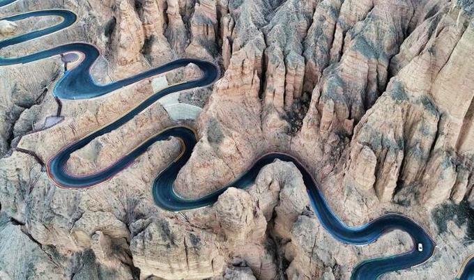 Đoạn đường núi dài 2,3 km với 22 khúc cua tay áo
