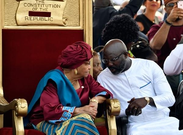 Tổng thống Liberia sắp mãn nhiệm Ellen Johnson Sirleaf (trái) trao đổi với người kế nhiệm George Weah trong lễ nhậm chức của Weah ngày 22/1. Ảnh: AFP.