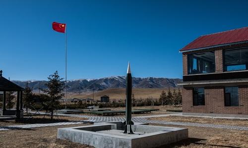 Mô hình tên lửa được đặt tại Nhà máy 221, cơ sở bí mật trên cao nguyên hẻo lãnh ở phía tây bắc Trung Quốc, nơi chế tạo ra những vũ khí hạt nhân đầu tiên của nước này. Ảnh: New York Times.