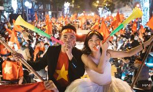Chàng trai cầu hôn bạn gái khi U23 Việt Nam chiến thắng