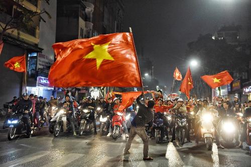 Dòng người mang theo cờ đổ ra đường phố trung tâm Hà Nội ăn mừng sau trận thắng của đội tuyển U23 Việt Nam trước U23Iraq. Ảnh: Giang Huy